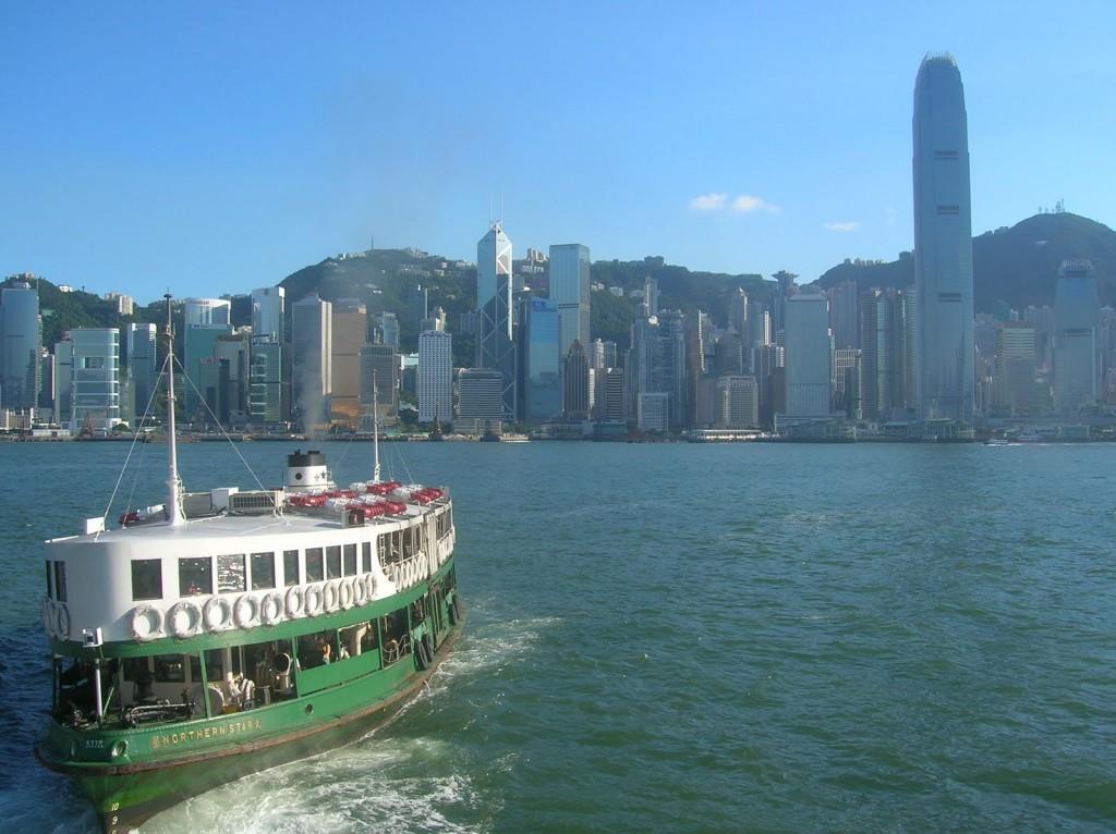 Star Ferry går regelbundet mellan Hong Kong Island och Kowloon som del av det allmänna transportsystemet